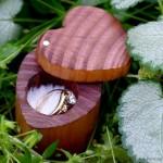 Деревянная коробочка для колец в форме сердца