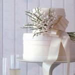 Свадебный торт, украшенный шелковой лентой