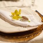 Салфетки, украшенные желтым цветком