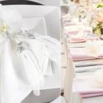 Свадебные салфетки и цветы в белых тонах