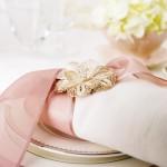 Салфетка перевязанная розовой лентой