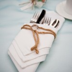 Белая салфетка перевязанная веревочкой