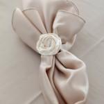 Салфетка украшенная белой розой