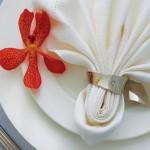 Белая свадебная салфетка с красным цветком