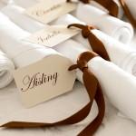 Белые салфетки с коричневой ленточкой