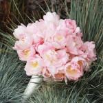 Розовый свадебный букет на траве