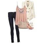 Синие джинсы, персиковая блузка и белый пиджак