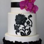 Белый свадебный торт с черным цветочным узором