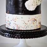 Свадебный торт из черной и белой половинок