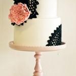Белый свадебный торт с черными кружевами