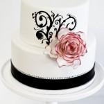 Белый свадебный торт с черной полоской и розой