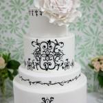 Белый свадебный торт с черным орнаментом