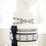 Белый свадебный торт с черным бантом
