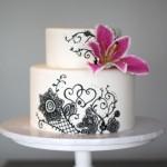 Белый свадебный торт с черным узором и лилией