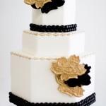 Черно-белый свадебный торт с золотыми цветами