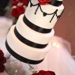 Черно-белый свадебный торт на стеклянном подносе