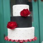 Черно-белый свадебный торт с красными цветами