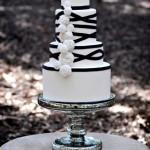 Черно-белый свадебный торт на серебряном подносе