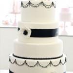 Белый свадебный торт с черной полосой