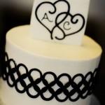 Черно-белый свадебный торт с инициалами молодоженов