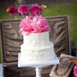 Свадебный торт, украшенный малиновым цветком