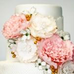 Свадебный торт, украшенный большими цветами