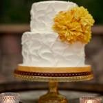 Свадебный торт, украшенный желтым цветком