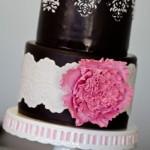 Свадебный торт, украшенный розовым цветком