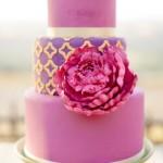 Розовый свадебный торт с ярко-розовым цветком