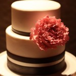 Свадебный торт, украшенный оранжевым цветком