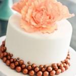 Свадебный торт, украшенный персиковым цветком