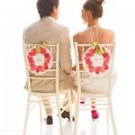 Розовые таблички с именами на стульях