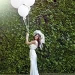 Невеста в винтажном платье с воздушными шариками