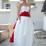 Свадебное платье невесты с красным поясом