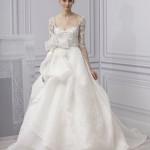 Невеста в свадебном платье вышитом кружевами