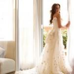 Свадебное платье невесты с украшениями из белых роз