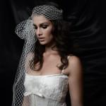 Невеста в свадебном платье с фатой в крупную сетку
