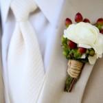 Белая бутоньерка для элегантного жениха