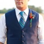 Голубой галстук в сочетании с синей бутоньеркой