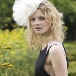 Пышный бант в свадебной шляпке невесты