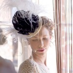 Черный бант и белые перья на шляпке невесты