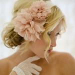 Свадебная прическа невесты с персиковым цветком
