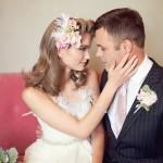 Цветы мягких оттенков в свадебной прическе