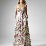Светлое платье свидетельницы с лепестками цветов