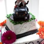 Фигурки молодоженов на авто для свадебного торта