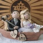Фигурки молодоженов в лодке для свадебного торта