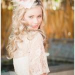 Свадебная прическа невесты с кремовым цветком
