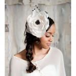 Белый цветок с церным центром в свадебной прическе