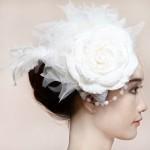 Массивный белый цветок в свадебной прическе