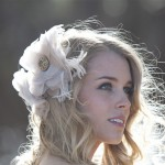 Прическа невесты в природном стиле с цветком